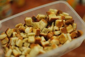 طريقة تحضير مكعبات الخبز بالثوم