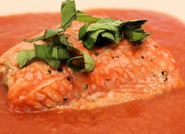 طريقة تحضير السلمون بصلصة الطماطم